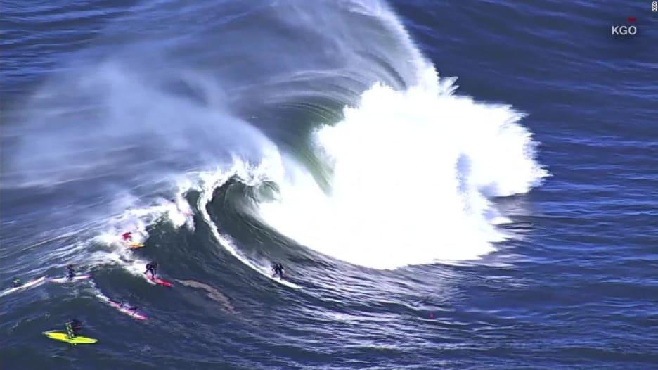 """شاهد.. راكبو أمواج في مواجهة """"وحوش"""" مائية عملاقة في كاليفورنيا"""