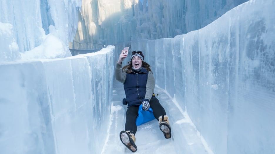أبهرت عشاق الطبيعة الشتوية لأعوام.. شاهد القلاع الجليدية المذهلة التي يمكنك زيارتها بأمريكا
