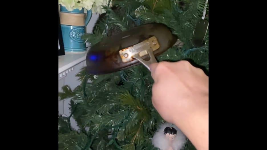 امرأة اعتقدت أنها قطة داخل شجرة عيد الميلاد.. وهذه كانت المفاجأة