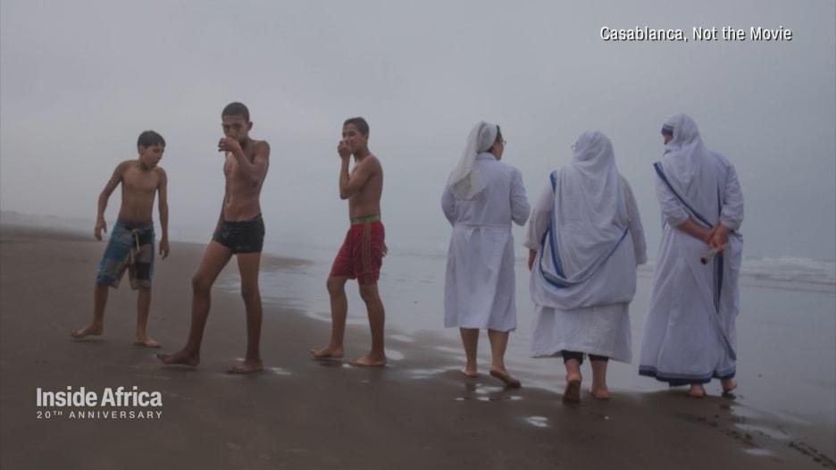 """بعيدا عن فيلم """"كازابلانكا"""".. فنان مغربي ينقل صورة الدار البيضاء من الشارع"""