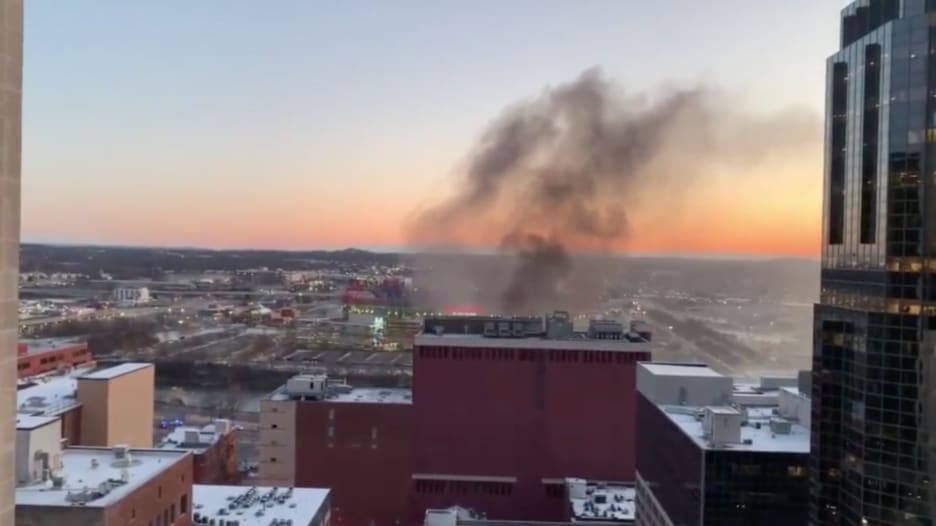 شاهد.. لحظة تصاعد أعمدة دخان بعد انفجار مدينة ناشفيل الأمريكية