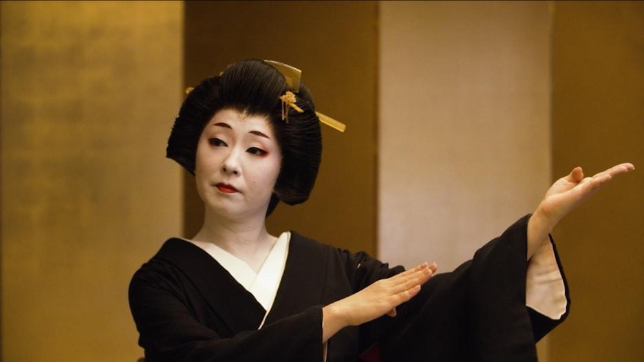 """فتيات """"الغيشا"""".. هكذا تحيا صورة اليابان الأيقونية في ظل كورونا"""