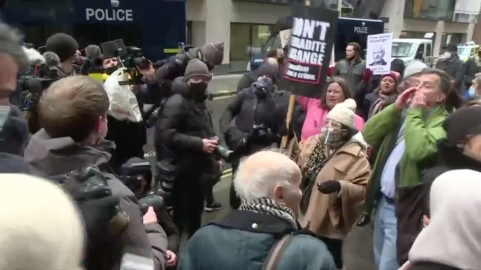 خارج محكمة لندن.. أنصار جوليان أسانج يحتفلون بصدور حكم رفض تسليمه لأمريكا
