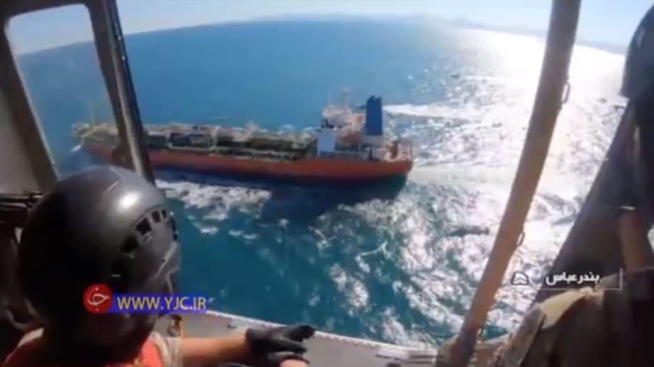 شاهد.. لحظة توقيف الناقلة الكورية الجنوبية من قبل البحرية الإيرانية