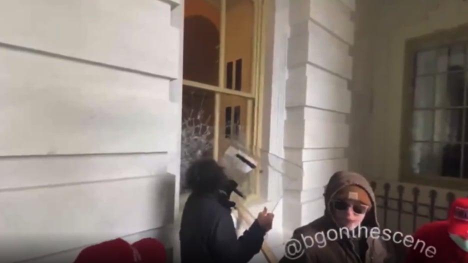 شاهد.. أنصار ترامب يحطمون نوافذ مبنى الكونغرس لحظة اقتحامه