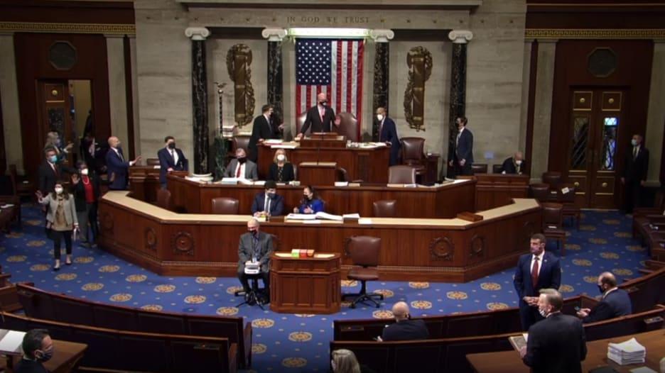 شاهد.. لحظة إخلاء أعضاء الكونغرس بعد اقتحامه من قبل أنصار ترامب