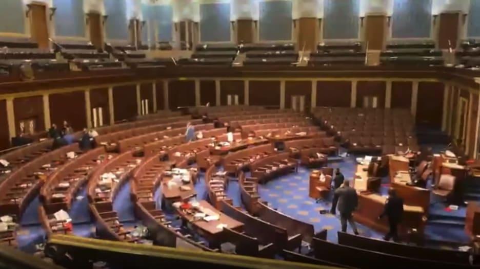 شاهد.. ذعر وصراخ داخل الكونغرس لحظة اقتحامه من قبل أنصار ترامب