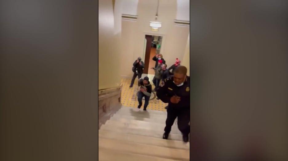 مثيرو شغب مؤيدون لترامب يواجهون شرطياً وحيداً في الكابيتول.. هذا ما حدث