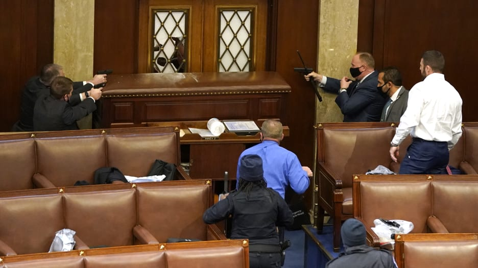 مسدسات في قاعة النواب.. هكذا بدا الكونغرس وسط اقتحام أنصار ترامب