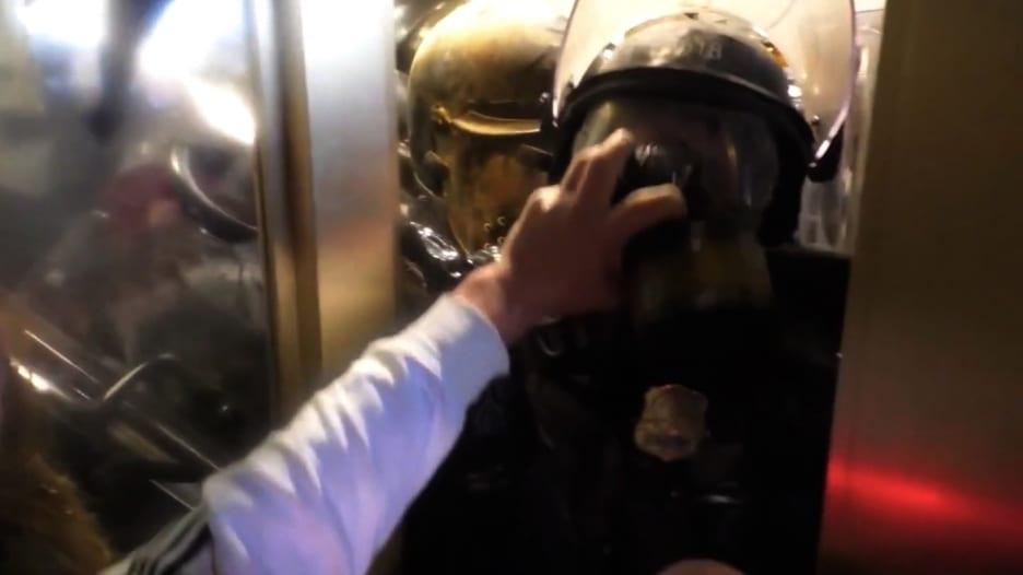 شاهد.. سحق ضابط شرطة أمريكي في باب من قبل مثيري الشغب في مبنى الكونغرس