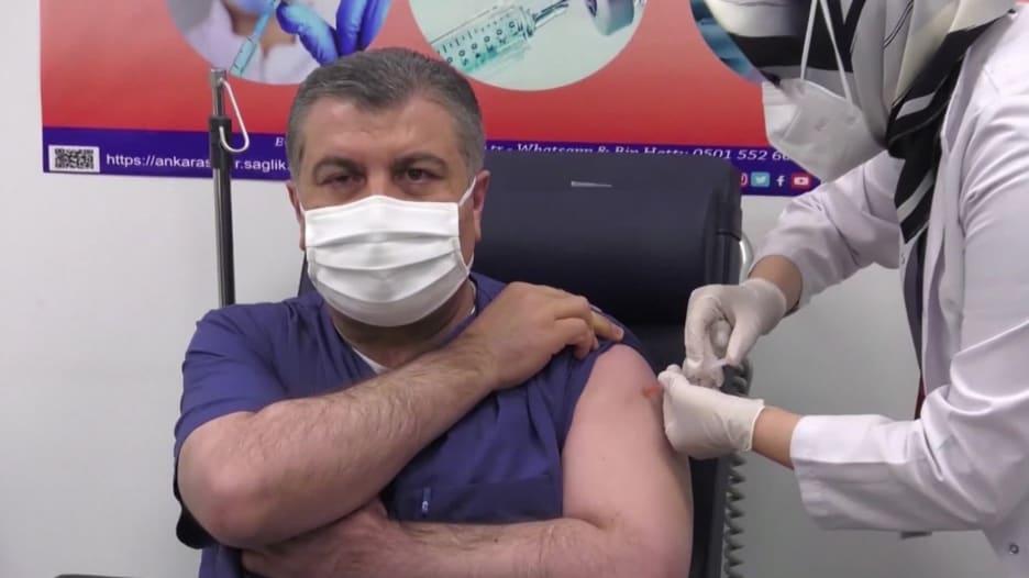 تركيا تبدء حملة التطعيم بلقاح سينوفاك الصيني.. ووزير الصحة أول من تلقاه على العلن
