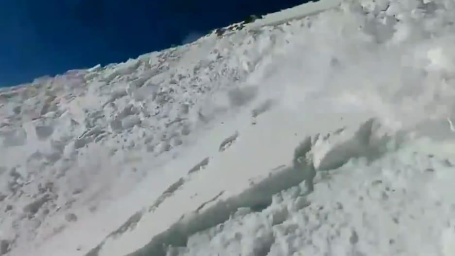 شاهد.. متزلج يوثق بالكاميرا لحظة نجاته من انهيار جليدي بأعجوبة في كولورادو