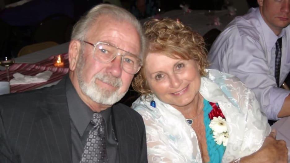 بعد زواج دام 70 عاما.. جد وجدة يموتان من فيروس كورونا وهما يمسكان بأيدي بعضهما البعض