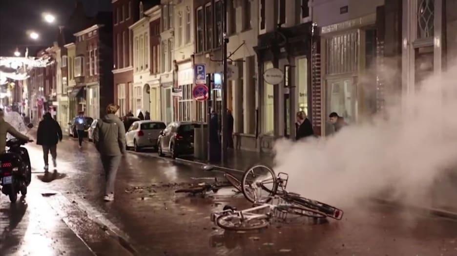"""مظاهرات هولندا تتحول إلى """"كابوس"""" احتجاجاً على فرض حظر التجول"""