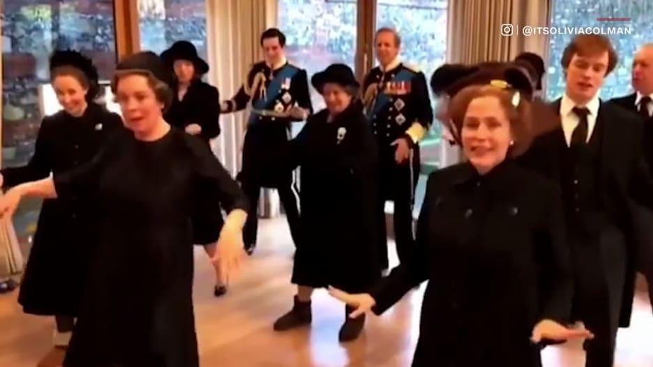 """شاهد.. فيديو لم يكن للعرض يظهر رقص طاقم مسلسل """"The Crown"""" بعد مشهد جنازة"""