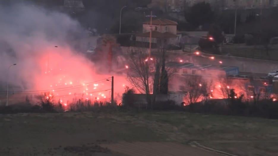 احتجاج رياضي مروع في فرنسا يشعل النيران في منشآت نادي مرسيليا