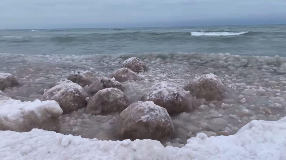 شاهد.. كتل جليدية ضخمة تتدفق في الشوارع والأمواج تشكل كرات ثلجية عائمة في أمريكا