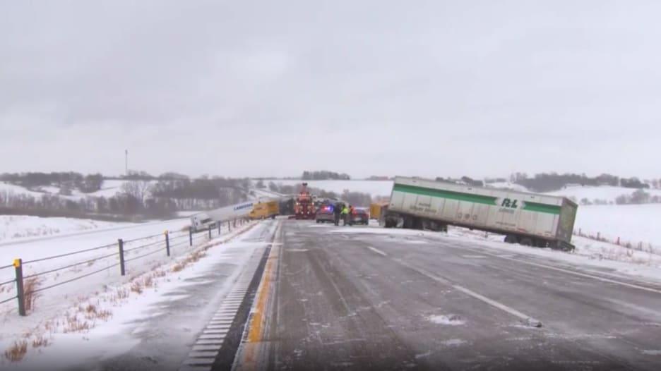شاهد.. حادث تصادم مروع بين عشرات السيارات والشاحنات على طريق ثلجي