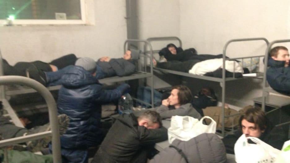 أُعتقل الكثير لدرجة أن الزنزانات نفدت.. شاهد كيف يعاني مؤيدو نافالني في السجون الروسية