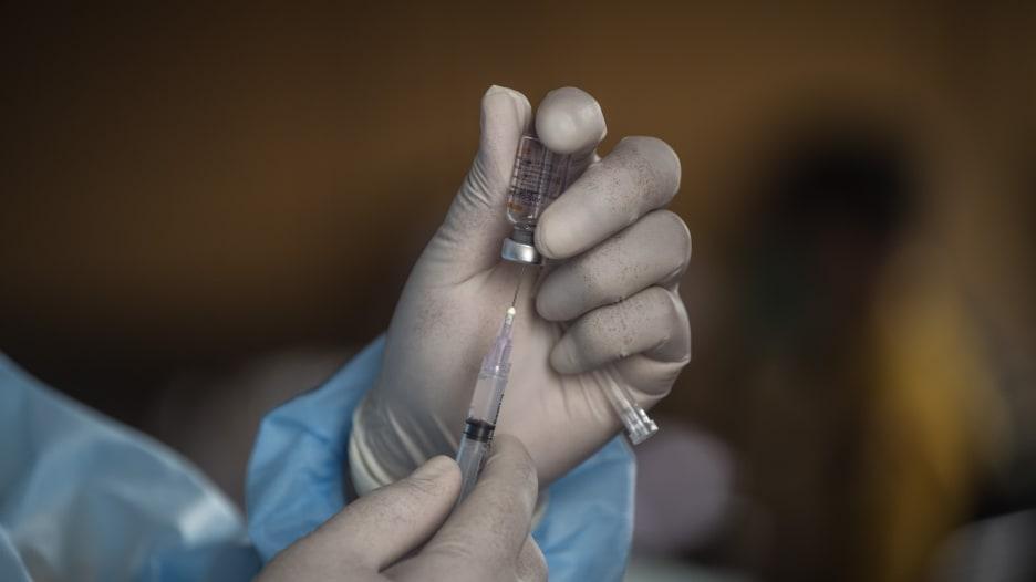 ما هي عواقب زيادة الفاصل الزمني بين جرعتك الأولى والثانية من لقاح فيروس كورونا؟