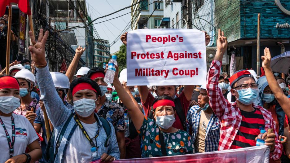 """بإيماءة """"ألعاب الجوع"""".. آلاف المتظاهرين يخرجون إلى شوارع ميانمار ضد الانقلاب العسكري"""