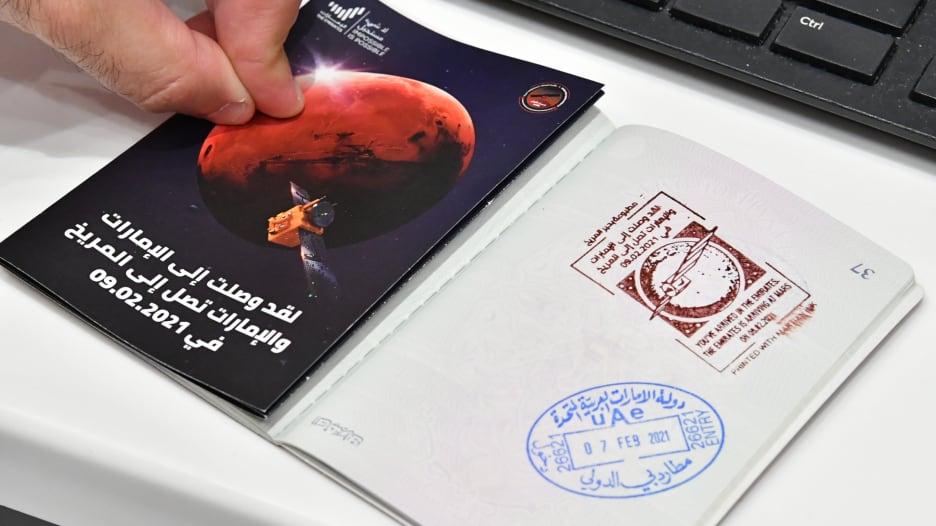 """""""حبر المريخ"""" الفريد.. دبي ترحب بالقادمين بمفاجأة على جواز السفر"""