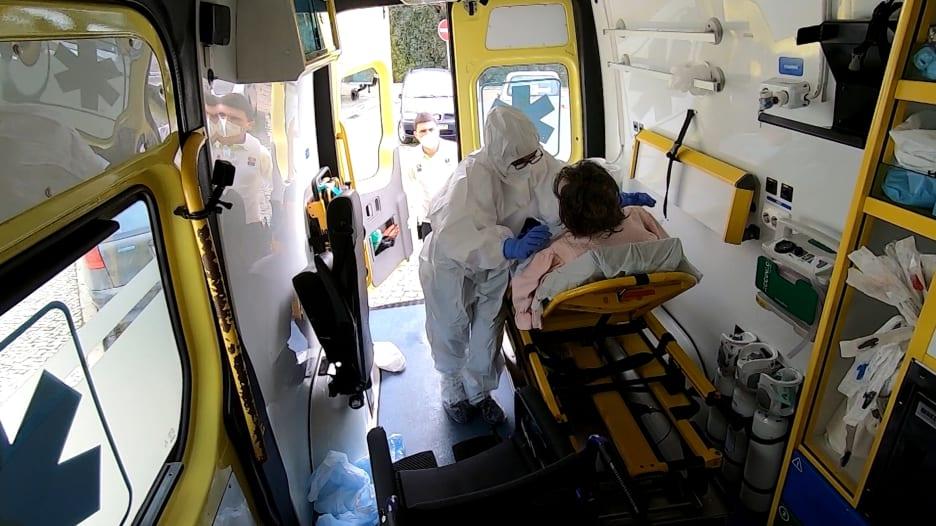 مراسلة CNN ترافق سيارة إسعاف ليوم في أحد أسوأ دول أوروبا تأثرا بفيروس كورونا