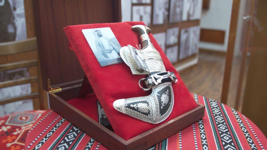 بيت بدبي يعيد إحياء موروث جميل ويكشف عن نماذج لخناجر شيوخ الإمارات
