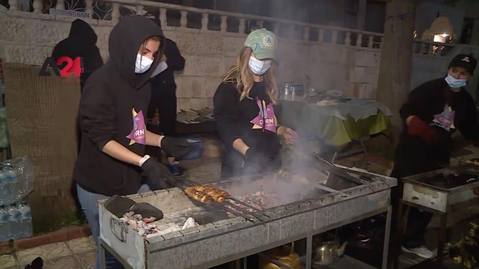 6 شقيقات يُغيِرن طريقة إعداد الكنافة بشيها على الفحم في الأردن وسط ردود فعل إيجابية