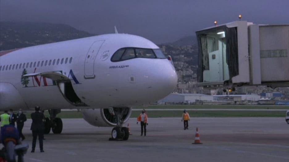 لحظة وصول أول شحنة لقاح فايزر وبايونتيك إلى لبنان