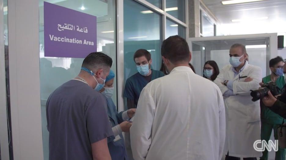 لبنان يبدء التطعيم ضد كورونا على أمل تجاوز أحد جراحاته