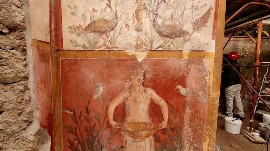 شاهد.. لوحات جدارية تستعيد رونقها بعد ترميمها بتقنية الليزر في إيطاليا