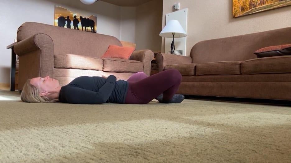 4 حركات يوغا يمكن أن تساعدك على النوم ليلاً بشكل أفضل