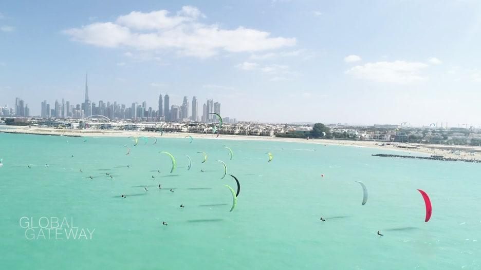 بشواطئها الجميلة ورياحها القوية.. شاهد كيف أصبحت دبي وجهة عالمية للتزلج الشراعي