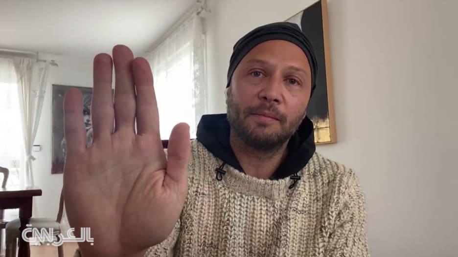 شاهد تأثر الفنان مكسيم خليل أمام الكاميرا عند حديثه عن قصة رجل مسن في لبنان