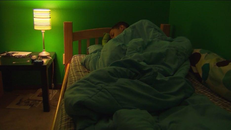 """تناول موزة وعد أنفاسك.. بعض نصائح النوم من مستخدمي """"تيك توك"""""""