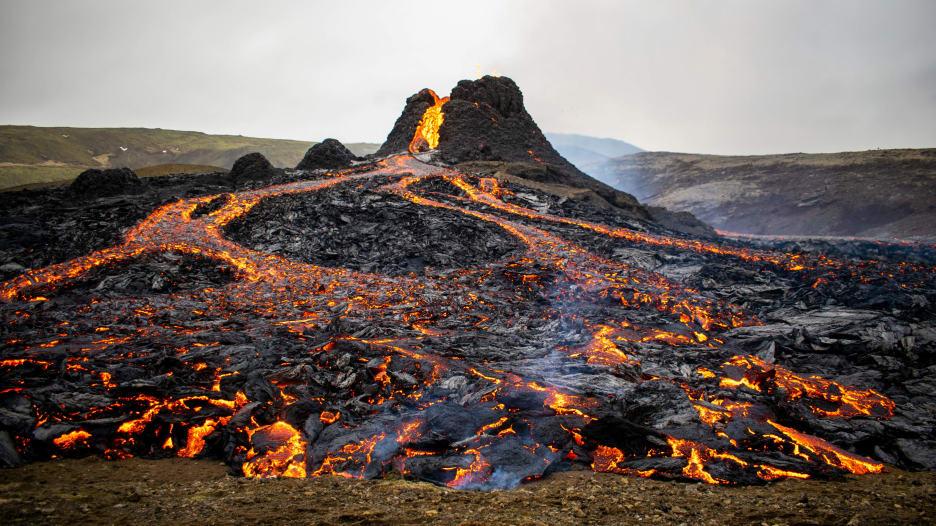 شاهد الناس يتوافدون لتحضير الشطائر وشوي النقانق على حمم بركان ثائر في أيسلندا
