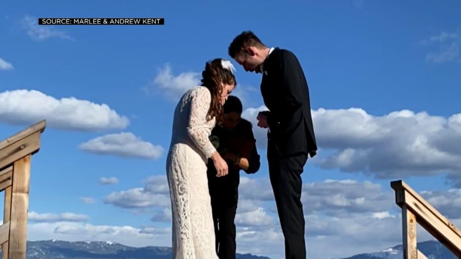 صدم شريكة حياته.. عريس يُسقط خاتم الزواج في بحيرة بالخطأ أثناء حفل الزفاف