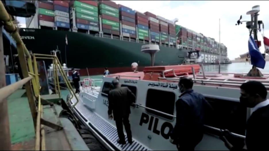شاهد.. جانب من الجهود الرامية إلى تعويم السفينة العالقة في قناة السويس
