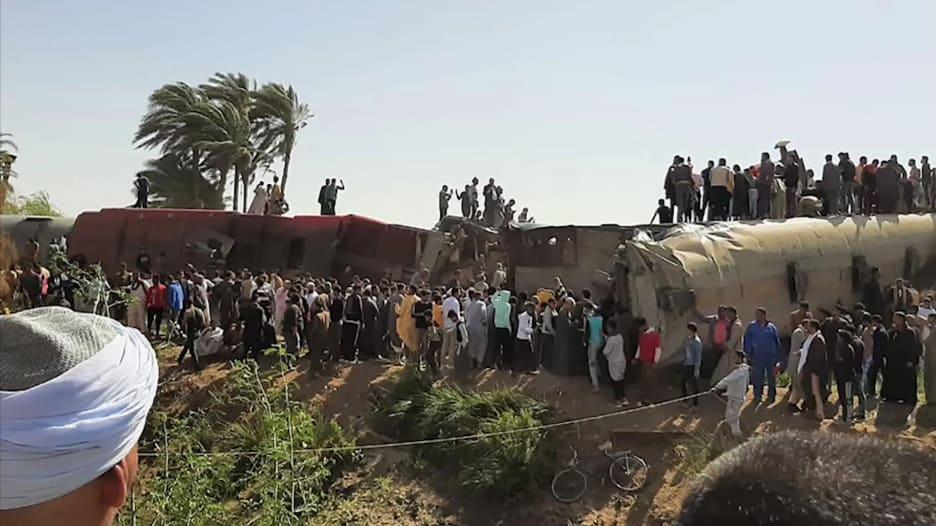 شاهد كيف حاول الركاب إنقاذ الآخرين في حادث القطارين بمصر
