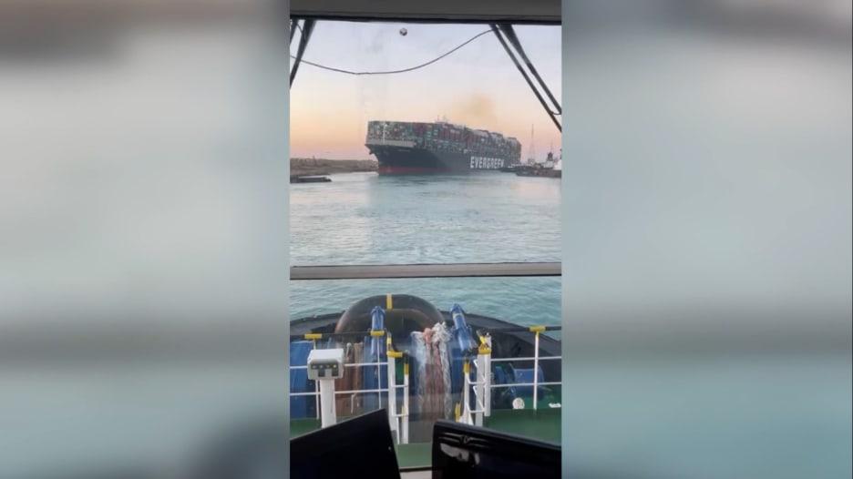شاهد.. لحظة تحرير الجزء الخلفي من السفينة العالقة في قناس السويس