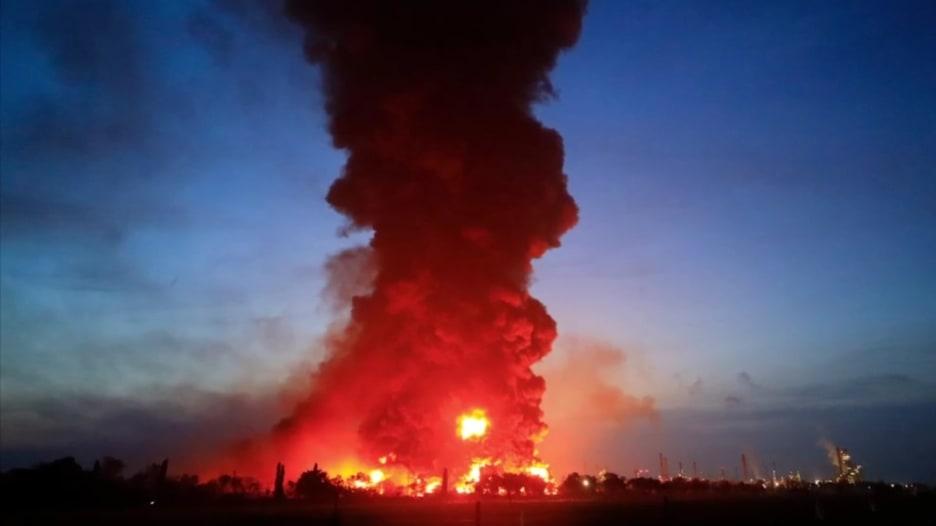 مشاهد درامية لحريق مصفاة النفط في إندونيسيا