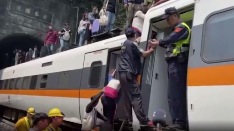 شاهد عمليات إنقاذ الناجين من حادث قطار تايوان مع ارتفاع عدد الضحايا