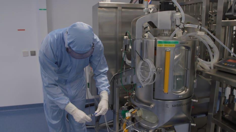 """نظرة حصرية لـCNN داخل مختبر تطوير لقاح """"فايزر - بيو ان تيك"""" في ألمانيا"""