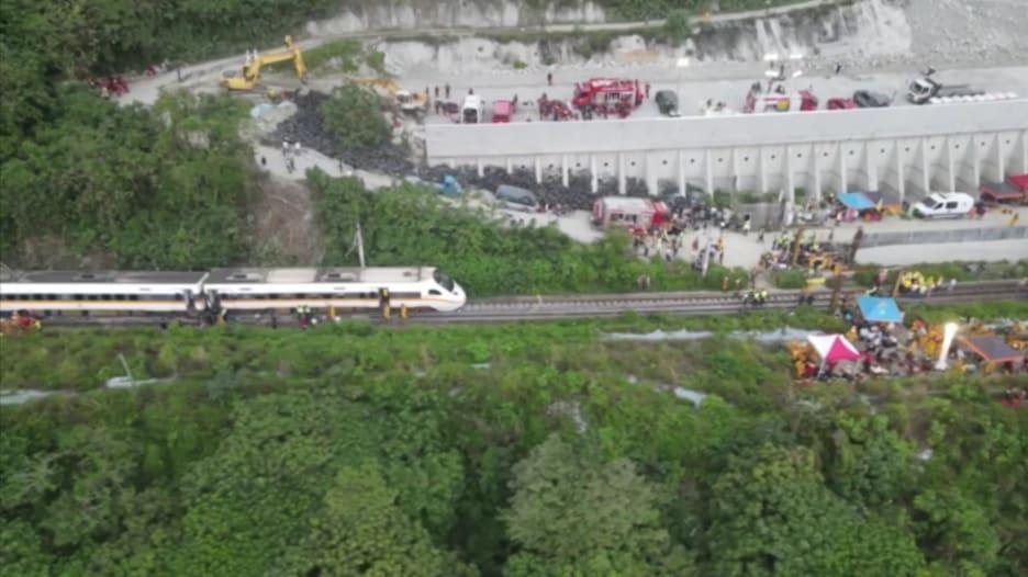 """""""أسوأ حادث قطار في تايوان"""".. خرج عن مساره ومقتل وإصابة العشرات"""