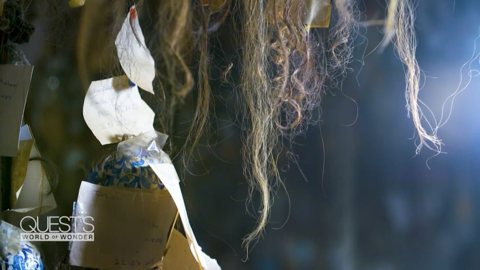 فنان تركي يجمع 16 ألف خصلة شعر من نساء من حول العالم.. والسبب؟