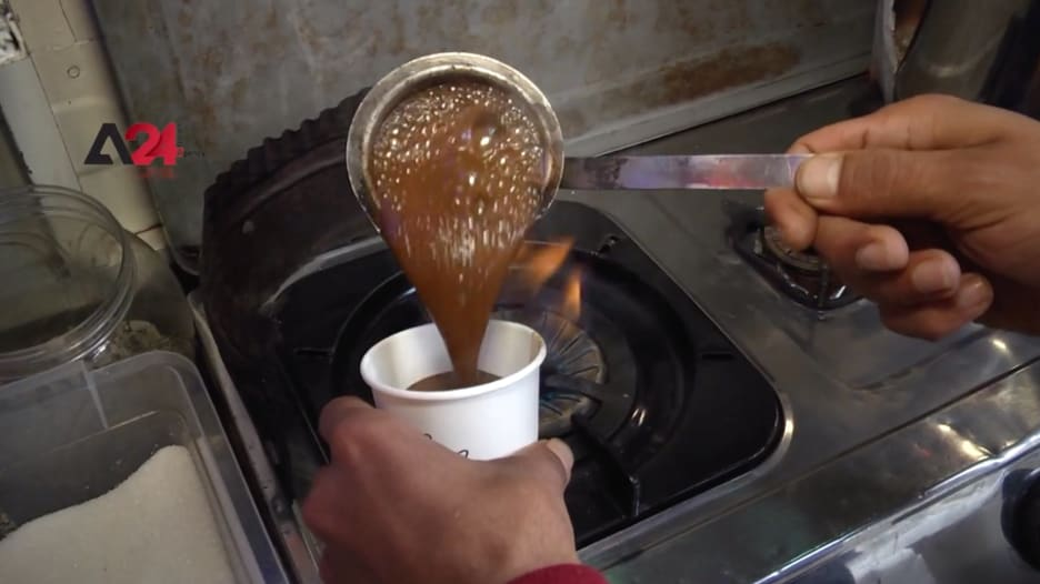 شاب فلسطيني يستقطب الزبائن بطرق مميزة لتوصيل طلبات القهوة والشاي