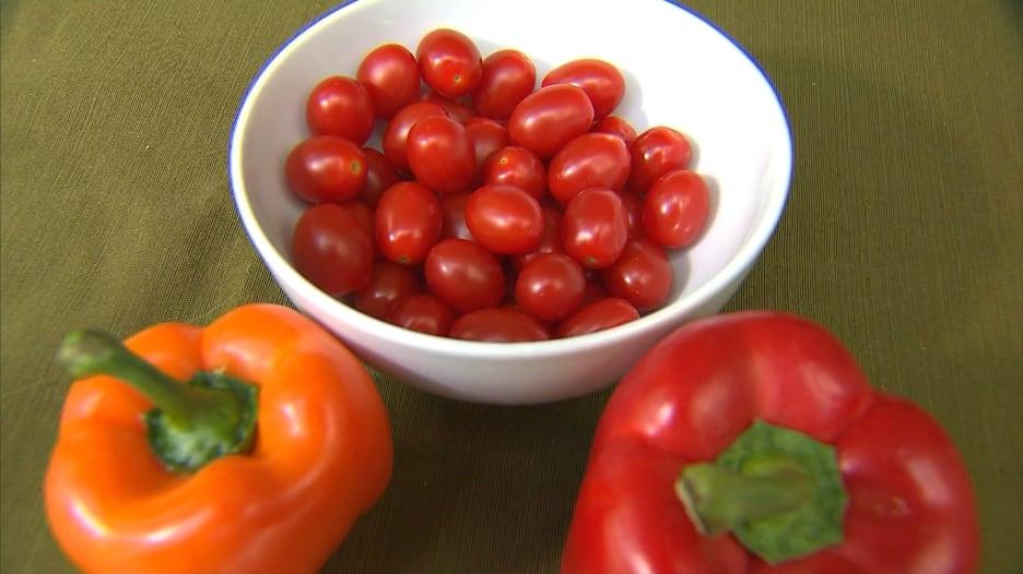 هل تتناول الحصة الموصى بها من الفاكهة والخضار يوميًا؟ إليك طرق بسيطة لتغيير نظامك الغذائي