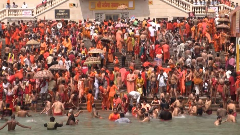 شاهد.. حشود هائلة في مهرجان ديني بالهند رغم الأرقام القياسية لفيروس كورونا