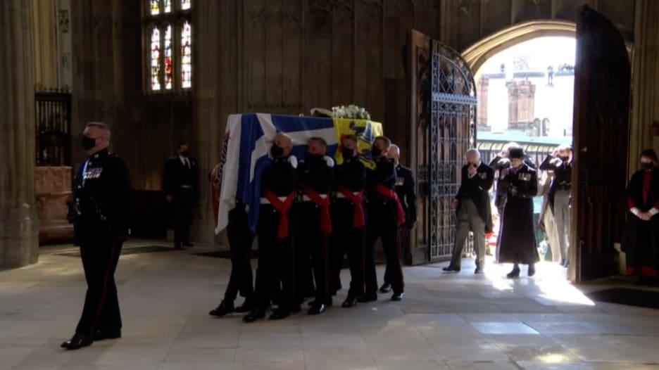 شاهد.. لحظة دخول جثمان الأمير فيليب كنيسة سانت جورج.. وترقب العائلة المالكة